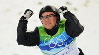 Běloruský akrobatický skokan na lyžích Alexej Grišin se raduje z vítězství v olympijském závodě ve Vancouveru.