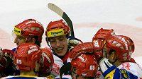 Hráči Českých Budějovic se radují z vítězství nad Vítkovicemi.