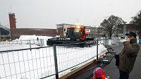 Rolba upravuje trať kolem strahovského stadiónu, kolem něhož se jel závod SP a Tour de Ski v běhu na lyžích.