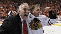 Patrick Kane (vpravo) se raduje z loňského zisku Stanley Cupu.