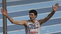 Jaroslav Bába oslavuje úspěšný pokus ve výškařském finále na HME v Paříži.