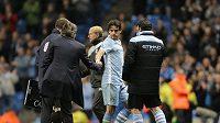 Owen Hargreaves (uprostřed) si třese rukou s trenérem Manchesteru City Mancinim