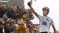 Andy Schleck z Lucemburska (vpravo) se raduje z vítězství 17. etapy Tour de France. Ve žlutém trikotu zůstává Španěl Alberto Contador.