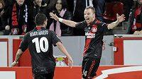 Michal Kadlec z Bayeru Leverkusen (vpravo) oslavuje se spoluhráčem Renatem Augustem.