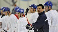 Trenér hokejistů Vladimír Růžička se svými svěřenci na tréninku