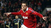 Útočník Manchesteru United Javier Hernández podepsal v anglickém klubu výhodnější smlouvu.