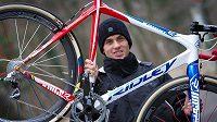 Zdeněk Štybar pózuje s kolem před obhajoubou titulu mistra světa v cyklokrosu.