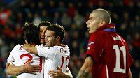 Španělští fotbalisté se radují z gólu do sítě České republiky. Daniel Pudil jen krčí ramney