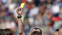 Rozhodčí ocenil zákrok žlutou kartou.