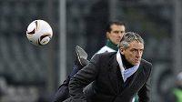 Manžer Manchesteru City Roberto Mancini se snaží nohou zastavit míč v utkání Evropské ligy proti Juventusu Turín.