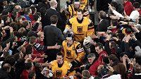 Němečtí hokejisté odcházejí po vítězném zápase s USA obležení fanoušky