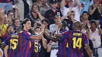 Útočník Barcelony Zlatan Ibrahimovič se raduje se spoluhráči z branky Lionela Messiho během španělského Superpoháru.