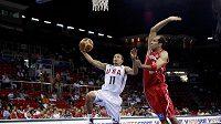 Basketbalista Tunisu Radhouane Slimane (vpravo) se snaží zastavit Stephena Curryho z USA