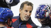 Trenér hokejistů New York Rangers John Tortorella na tréninku v Praze