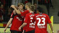 Stefan Kiessling z Leverkusenu (vlevo) oslavuje se spoluhráči z Leverkusenu jednu ze tří branek, které vstřelil Stuttgartu.