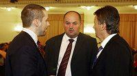 Zákulisní jednání na valné hromadě FA ČR. (Zleva) Dušan Svoboda debatuje s Miroslavem Peltou a Romanem Berbrem.
