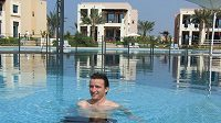 Fotbalista Slavie Vladimír Šmicer si lebedí v bazénu na loňském soustředění v Dubaji.