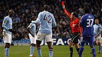Mario Balotelli z Manchesteru City (zcela vlevo) dostává červenou kartu po zákroku na Gorana Popova z Dynama Kyjev.