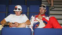 Kimi Räikkönen (vlevo) a Sébastien Loeb čekají na začátek tiskové konference před startem Finské rallye.