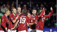 Čeští fotbalisté oslavují jeden z gólů v Litvě