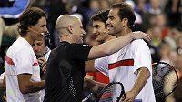 Andre Agassi (vpředu vlevo) se objímá se svým někdejším rivalem Petem Samprasem. V pozadí si podávají ruce současní sokové Rafael Nadal (vlevo) a Roger Federer.