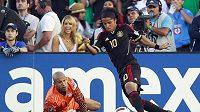 Mexický útočník Giovani dos Santos obchází gólmana Spojených států americkým Tima Howarda a vzápětí přidá výstavní gól.