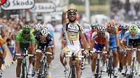 Mark Cavendish se raduje z vítězství v závěrečné etapě 97. ročníku Tour de France.
