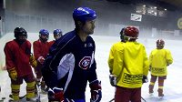 Roman Hamrlík na tréninku s mladými hokejisty