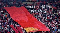 Symbolická červená karta pro majitele Slavie od fanoušků.