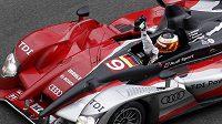 Němec Timo Bernhard v Audi se raduje z vítězství v Le Mans.
