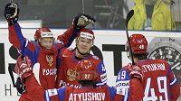 Hokejisté Ruska se radují z branky do slovinské sítě na MS na Slovensku.