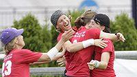 Hráčky Hot Beaches se radují po vítězném zápase s anglickými Iceni.
