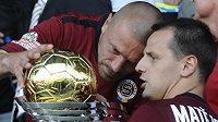 Sparťan Marek Matějovský zkoumá spolu s kapitánem Tomášem Řepkou trofej pro vítěze českého Superpoháru.