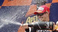 Australan Casay Stoner se raduje. Vyhrál totiž Velkou cenu Katalánska v kategorii MotoGP