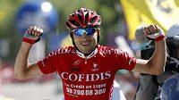Francouzský cyklista David Moncoutié se raduje z vítězství sedmé etapy závodu Dauphiné Libéré.
