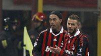 Milánské hvězdy v akci - David Beckham (vpravo) gratuluje Ronaldinhovi ke gólu, který vstřelil Manchesteru.