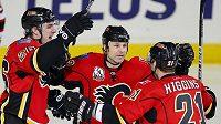 Hokejisté Calgary Aleš Kotalík, Daymond Langkow a Christopher Higgins (zleva) se radují z gólu - ilustrační foto.