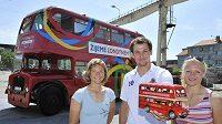Sesterská dvojice veslařek Jitka (vlevo) a Lenka Antošovy a oštěpař Petr Frydrych představili 20. května v Praze dvoupatrový autobus s olympijskými symboly.