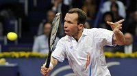 Radek Štěpánek na turnaji v Basileji v utkání proti Novaku Djokovičovi ze Srbska.