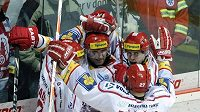 Hokejisté Třince oslavují vstřelenou branku ve čtvrtfinálovém duelu s Litvínovem.