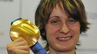 Martina Sáblíková pózuje se zlatou medailí v českém olympijském domě ve Vancouveru.