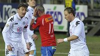 Plzeňský Jan rezek (v červeném) ukrývá hlavu v dlaních mezi hráči Slovácka.