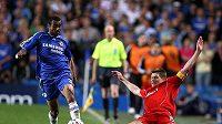 Liverpoolský kapitán Gerrard (vpravo) se snaží zastavit pronikajícího Ashleyho Colea.