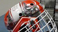 Nový design helmy Dominika Haška, s kterou bude chytat za Spartak