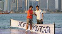 Tenisté Rafael Nadala (vlevo) a Roger Federer chtějí pomoci postiženým záplavami.