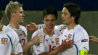 Václav Kadlec (uprostřed) děkuje za přihrávku Tomáši Rosickému (vpravo). Ke gólu mu gratuluje také Tomáš Hübschman.