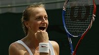 Petra Kvitova se raduje z vítězství nad Běloruskou Azarenkovou ve 3. kole Wimbledonu.