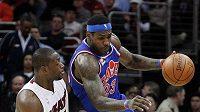 Basketbalista Clevelandu LeBron James (vpravo) uniká hráči Miami Dwyanu Wadeovi.