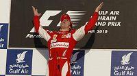 Vítězná radost Fernanda Alonsa na stupních vítězů v Bahrajnu.