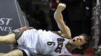 Andrew Bogut se svíjí v bolestech po zákroku hráče Phoenixu.